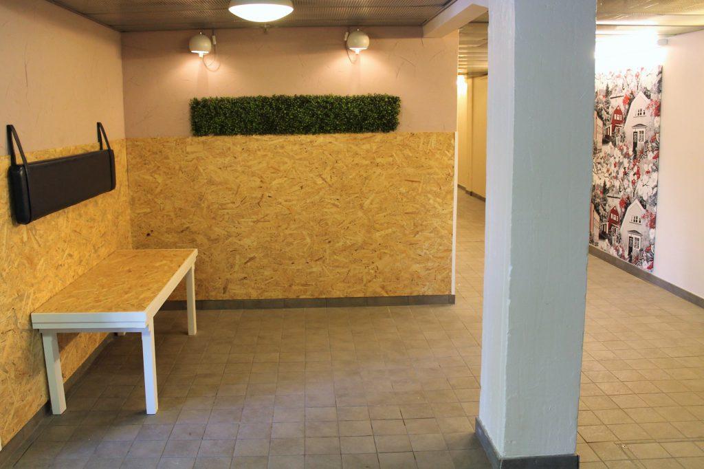 Koskikodin uudistettu sisäänkäynti, johon tuotiin penkki ja viherseinää piristämään.