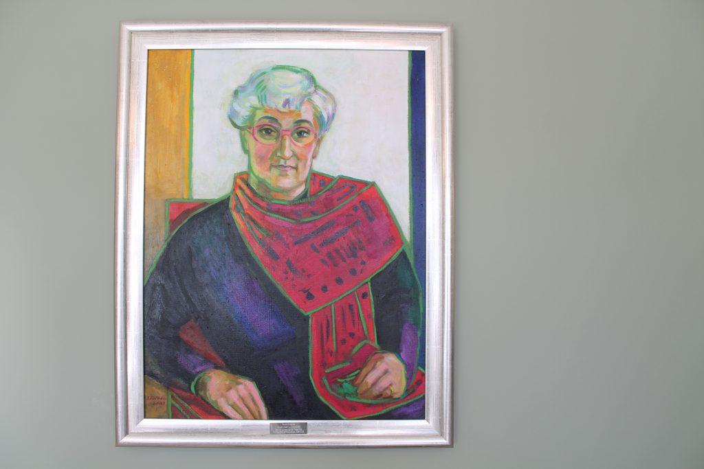 """Anna-Liisa """"Lili"""" Hyvösen muotokuva Långin talon neuvotteluhuoneen seinällä."""