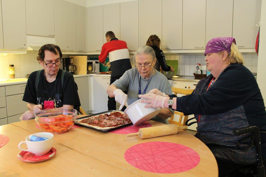 Viertokodin ryhmäkodissa asuvat asukkaat tekevät yhdessä pitsaa ryhmäkodin yhteisessä keittiössä.