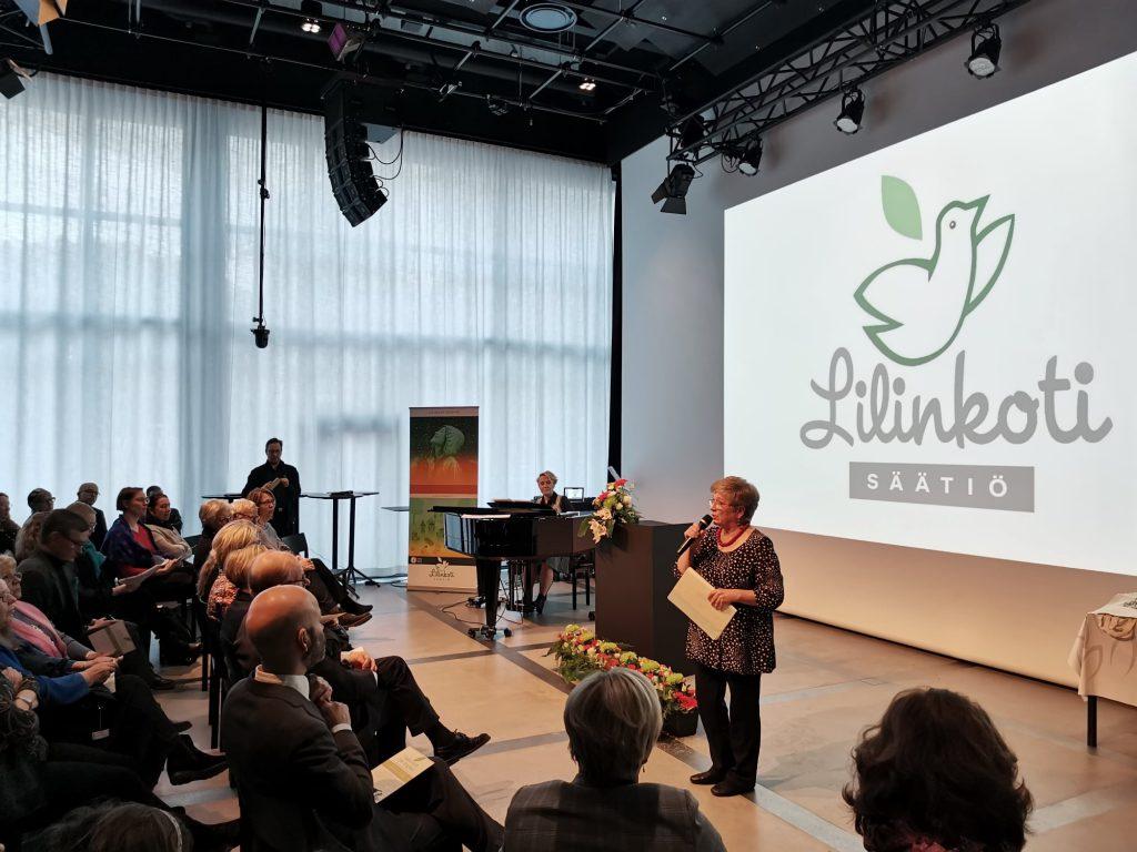 Näyttelijä ja laulaja Eija Ahvo yhdessä pianisti Tuija Rantalaisen kanssa.