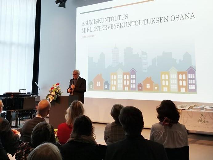 Lilinkotisäätiön hallituksen asiantuntijajäsenen, psykiatri ja ylilääkäri Jorma Oksanen.